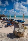 Blåa strandstolar för lyx på stranden, Mexico Arkivbild