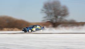 Blåa Subaru Impreza på isspår Royaltyfri Foto