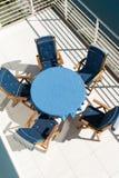 Blåa tabell och stolar Arkivfoto