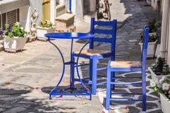 Blåa tabell och stolar Royaltyfria Bilder