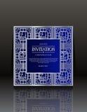 Blåa tappninginbjudankort med prydnaden royaltyfria bilder