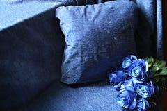 Blåa textiler och blåa blommor royaltyfria foton