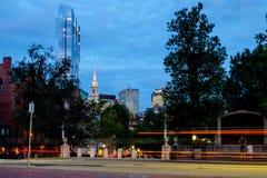 Blåa timme och ljus på Boston Arkivfoton