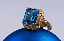 Blåa Topaz Gold Ring. Royaltyfri Fotografi