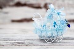 Blåa Toy Baby Carriage Prepared som en gåva för baby shower Fotografering för Bildbyråer