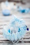 Blåa Toy Baby Carriage Prepared som en gåva för baby shower Arkivbild