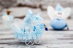Blåa Toy Baby Carriage Prepared som en gåva för baby shower Arkivfoton