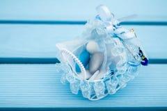 Blåa Toy Baby Carriage Prepared som en gåva för baby shower Royaltyfri Foto