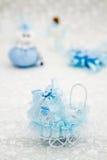 Blåa Toy Baby Carriage Prepared som en gåva för baby shower Royaltyfria Bilder