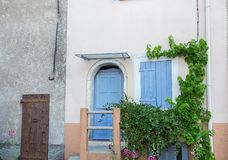 Blåa trädörrar för Provence stil och fönsterslutare fotografering för bildbyråer
