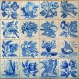 16 blåa traditionnaltegelplattor från Portugal Arkivbilder
