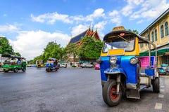 Blåa Tuk Tuk, thailändsk traditionell taxi i Bangkok Thailand royaltyfri fotografi
