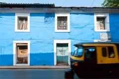 Blåa väggar av historiska hus och rörelsesuddighet från den snabba körande indiska rickshawen Royaltyfri Foto