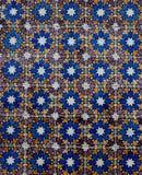 Blåa vita och bruna tegelplattor på väggen i Lissabon Portugal royaltyfri foto