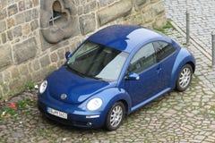 Blåa Volkswagen New Beetle Arkivfoto