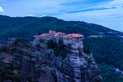 Blåaktigt landskap av Meteora Grekland Royaltyfri Bild