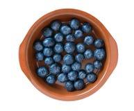 Blåbär i en leraplatta som isoleras på en vit bakgrund nytt blåbär Flatlay closeup fotografering för bildbyråer