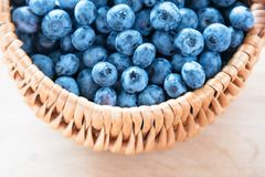 Blåbär i korg på trätabellbakgrund Mogen och saftig ny vald blåbärcloseup, bästa sikt Royaltyfri Foto