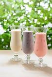 Blåbär-, jordgubbe- och bananmilkshake arkivfoto