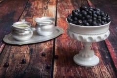 Blåbär mjölkar in exponeringsglasmaträtten Royaltyfri Bild