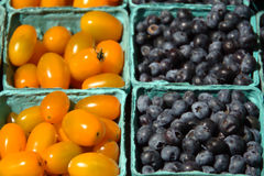 Blåbär och Cherry Tomatoes Royaltyfria Bilder