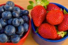 Blåbär och jordgubbe i cans Royaltyfri Foto