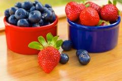 Blåbär och jordgubbe i cans Royaltyfria Foton