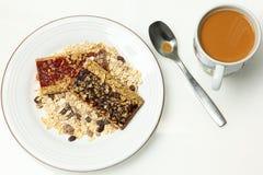 Blåbär- och jordgubbeGranolastänger och kaffe med kräm Royaltyfria Foton