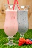 Blåbär- och jordgubbemilkshake royaltyfri fotografi