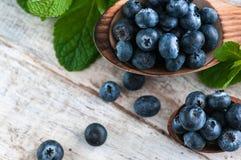 Blåbär och olika skogfrukter, hallon, jordgubbar Det finns olika typer av trä på tabellen royaltyfria foton