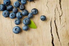 Blåbär på träbakgrund Fotografering för Bildbyråer