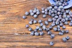 Blåbär på trätabellbakgrund, bunke av blåbär Antioxidants detox bantar, organiska frukter bär Fotografering för Bildbyråer