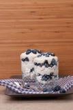 Blåbärefterrätt med kräm och marängar royaltyfri bild