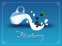 Blåbäret mjölkar bakgrund Royaltyfri Fotografi