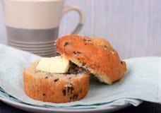 Blåbärmuffin med smör och kaffe Arkivfoton