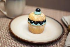 Blåbärmuffin på en plätera Arkivbild
