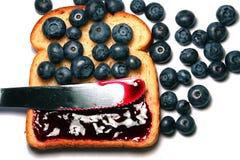 blåbärrostat bröd Royaltyfri Foto