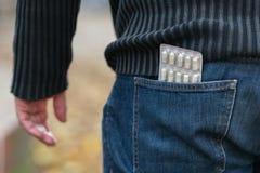 Blåsa av preventivpillerar i tillbaka jeansfack Arkivbilder