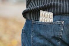 Blåsa av preventivpillerar i tillbaka jeansfack Royaltyfria Foton