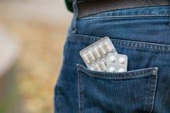 Blåsa av preventivpillerar i tillbaka jeansfack Royaltyfria Bilder