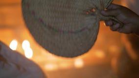 Blåsa fanen medan aromterapi på att läka ceremoni Traditionell läka ritual med rökning med rökelse på medicinmannen arkivfilmer