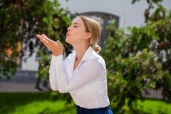 Blåsa kyssen, ung caucasian kvinnlig haired modell arkivbild