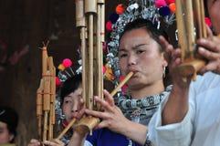 Blåsa Lusheng av Dong Minority Royaltyfri Bild