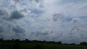 Blåsa moln fotografering för bildbyråer