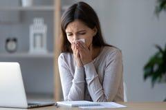 Blåsa näsa för allergisk dåligt arbetare som nyser i silkespapper på arbetsplatsen fotografering för bildbyråer