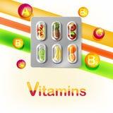 Blåsapacke av preventivpillerar med frukt vitaminer Arkivfoton