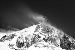 Blåsig berglanscape efter en ny snödag Arkivbild