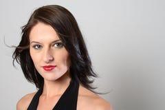 blåsig kvinna för mörkt hår Arkivfoton