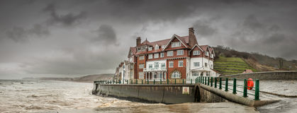 Blåsig Sandsend - som är våt och - North Yorkshire - UK royaltyfri bild
