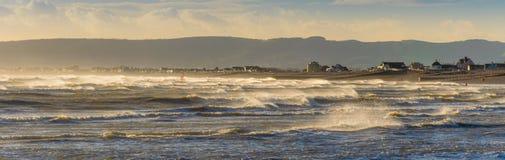 Blåsig seascape in mot den Pevensey fjärden, östliga Sussex Arkivfoton
